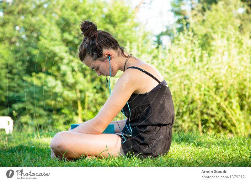 The Art Of Peace Mensch Frau Natur Jugendliche schön Sommer Junge Frau Erholung Erwachsene feminin Stil Lifestyle Garten Park Zufriedenheit Freizeit & Hobby