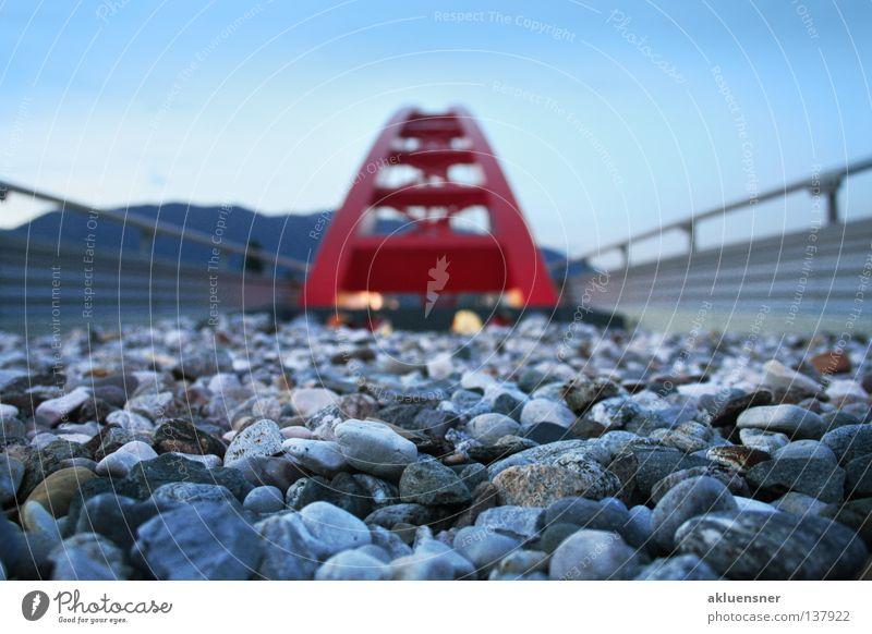 Rote Brücke Verstrebung Stahl rot kalt Villach Bundesland Kärnten Himmel Berge u. Gebirge Geländer Stein Bogen Lagzeitbelichtung blau Drau