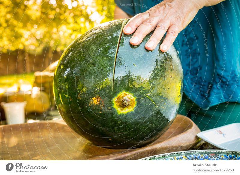 Melone schneiden Lebensmittel Frucht Wassermelone Melonen Ernährung Picknick Vegetarische Ernährung Messer Lifestyle Reichtum Gesundheit Sommer Mensch Hand 1