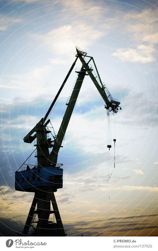 Industrieromantik Hafenkran Hebel Kran stark heben Gewicht löschen Sonnenuntergang Wolken Streik Kraft Deutschland Ladung Himmel zerkleinern