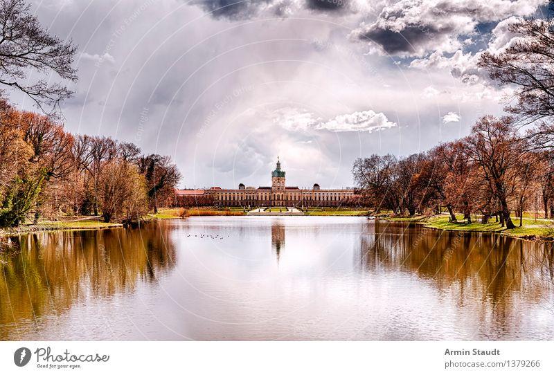 Schloss Charlottenburg Reichtum Stil Design Erholung ruhig Ferne Luft Himmel Wolken Herbst Schönes Wetter Park Wiese See Palast Burg oder Schloss Bauwerk