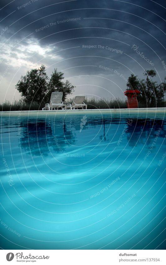 blaue Stunde Erholung ruhig Schwimmbad Wellen tauchen Wasser Himmel Wolken schlechtes Wetter Sturm Regen Gewitter Leidenschaft Toskana Liege tief