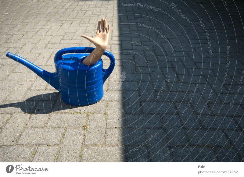 Versteck Gießkanne Hand Plastikgießkanne Arme verstecken Schatten blau Bauernhof