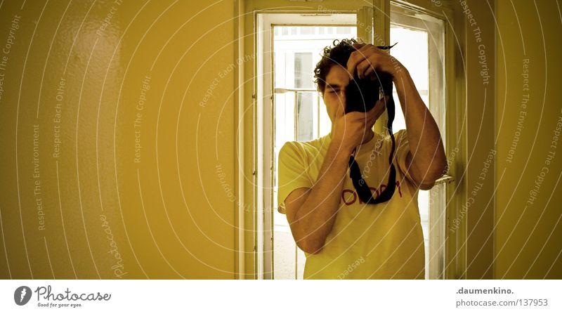 Where Is The What If The What Is In The Why? Haare & Frisuren Spiegel Fotokamera Mann Erwachsene Kopf Hand Fenster T-Shirt Schnur festhalten gelb Farbe