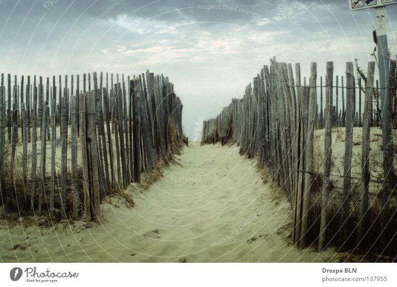 A fence in France Strand Ferien & Urlaub & Reisen Wolken Wege & Pfade Sand Frankreich Zaun Süden bedecken schmal