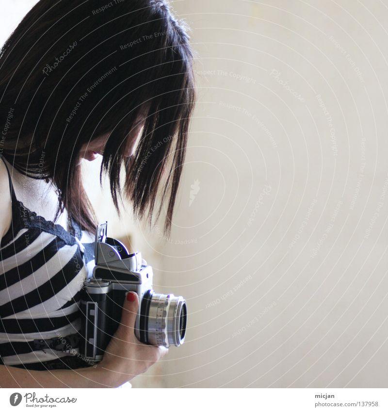 Soul Frau feminin schön Stil Fotografie Fotografieren gestreift Streifen Motivation analog Mittelformat Quadrat schwarz schwarzhaarig Hand Fotokamera grau