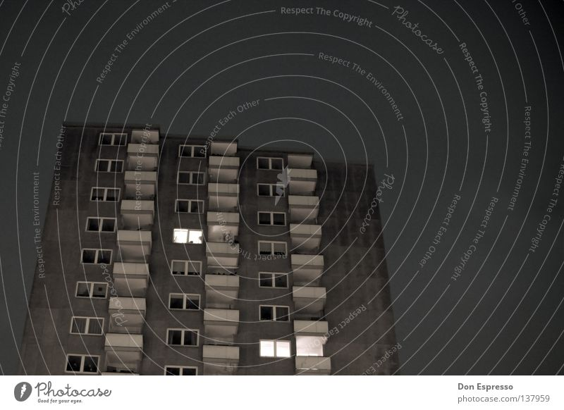 Schöner Wohnen Hochhaus Ghetto Wohnsiedlung Balkon grau Einsamkeit trist dunkel Nacht Abend Plattenbau Arbeitslosigkeit Sozialgesetz Licht Wohnhochhaus Stadt