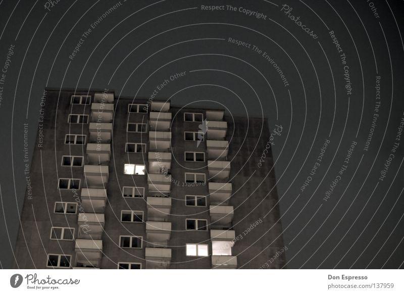 Schöner Wohnen Stadt Einsamkeit dunkel grau Angst Hochhaus trist Balkon Panik Stadtteil Gesetze und Verordnungen Plattenbau Arbeitslosigkeit Ghetto Wohnsiedlung