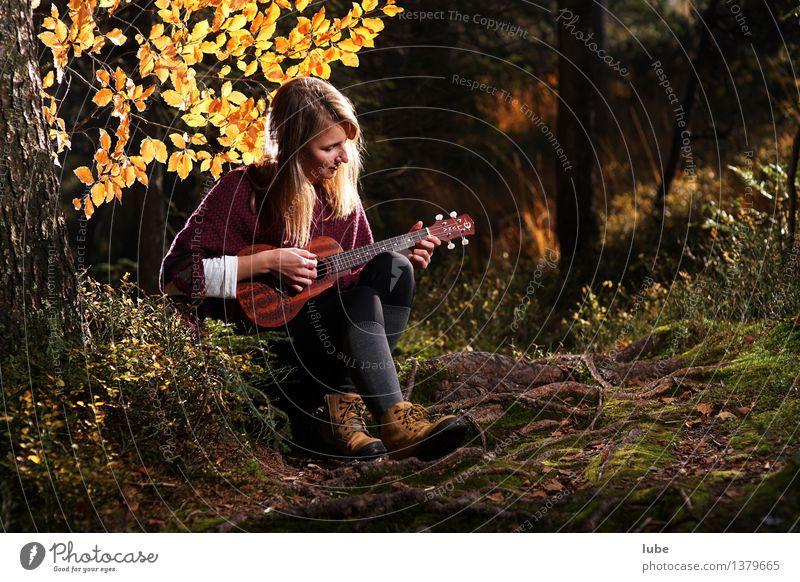 Kylee mit Ukulele Jugendliche schön Junge Frau Erholung ruhig 18-30 Jahre Erwachsene Herbst Gefühle Glück Kunst Stimmung Zufriedenheit Musik blond Wohlgefühl