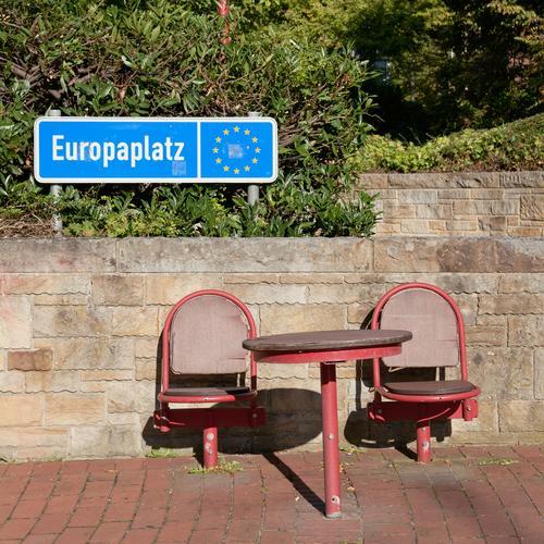Platzfrage Stuhl Tisch Bildung Park Mauer Wand Beratung Freiheit Gesellschaft (Soziologie) Hilfsbereitschaft Kontrolle Krise Problemlösung planen