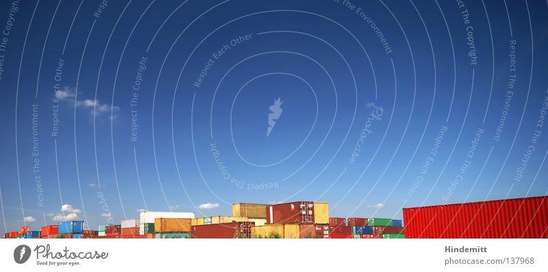 Von der Straße auf die Schiene. Himmel blau rot Wolken gelb Ferne Straße Farbe Raum Hafen Umwelt groß Verkehr Eisenbahn Platz Güterverkehr & Logistik
