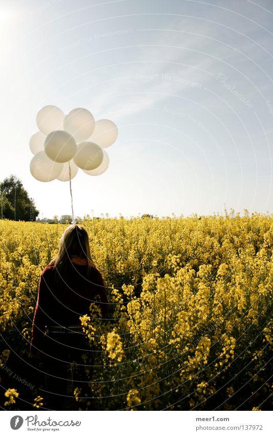 Weitblick Luftballon Rapsfeld gelb blond Sommer Travemünde weiße Luftballons Frau in Rapsfeld Frau in Feld Frau hält weiße Luftballons