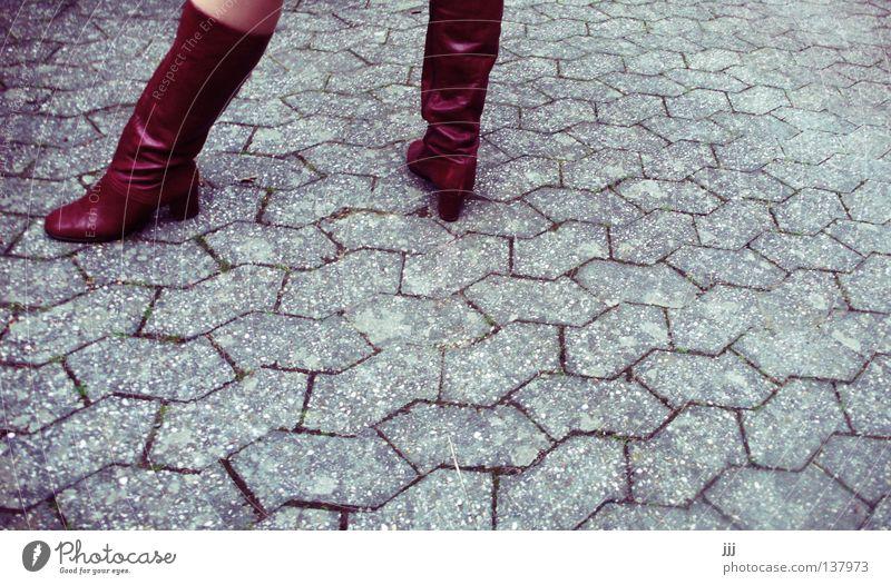Spielbein, Standbein Frau rot Straße grau Stein Fuß Schuhe Linie Beine Haut Beton Bekleidung stehen Dienstleistungsgewerbe Stiefel Kopfsteinpflaster