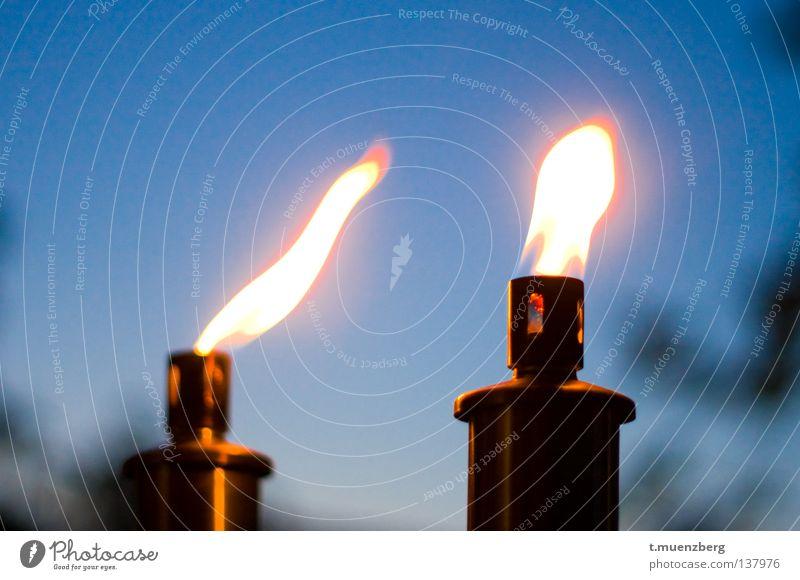 So schön und doch so gefährlich Fackel heiß Öllampe Feuer Brand Sommer Feuertanz Tanz der der Flammen romatisch Wärme blau orange