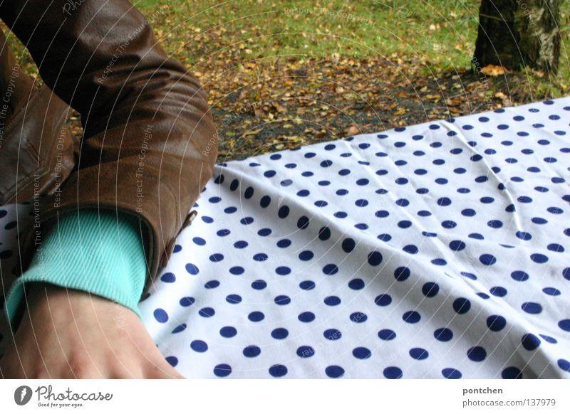 Ein Männlein sitzt im Walde Mensch Natur Hand grün Blatt Einsamkeit Erholung Herbst Tisch Pause Punkt Baumstamm Fleck Picknick Tischwäsche gepunktet
