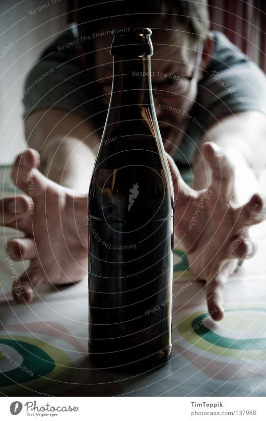 Bierflaschengeisterbeschwörung Küche Tisch Finger Gier trinken Alkoholsucht Alkoholisiert fest Entzug spreizen Hand Mann Schwäche Flasche Geister u. Gespenster