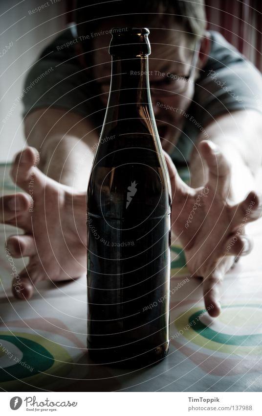 Bierflaschengeisterbeschwörung Mann blau Hand Arme Tisch Finger Küche trinken Suche fest Geister u. Gespenster fangen Flasche Alkohol Alkoholisiert