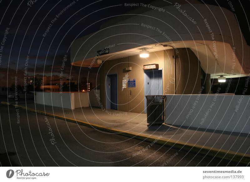Der elektronische Steigförderer am Abend weiß Stadt Lampe kalt Stil Bewegung Mauer Wärme Architektur Erfolg hoch Brücke USA Asphalt Physik Müll