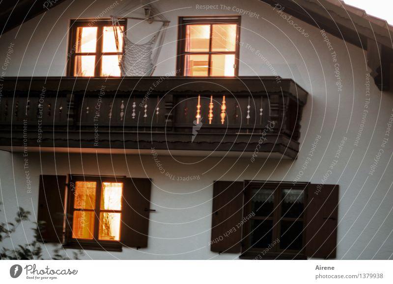 einer schläft Erholung ruhig Haus Fenster Wärme braun Stimmung hell Fassade orange träumen Zufriedenheit Häusliches Leben leuchten Warmherzigkeit schlafen