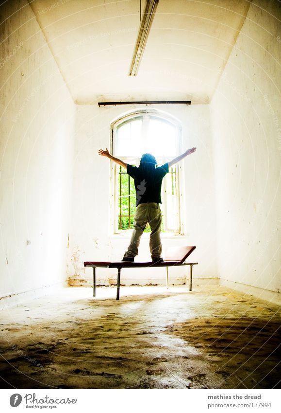 ICH BRAUCHE FREIHEIT! Liege dunkel bedrohlich Gitter Fenster gebrochen Einsamkeit Hoffnung Raum Lampe Froschperspektive Bett Sofa Gestell streben Eisen gekrümmt