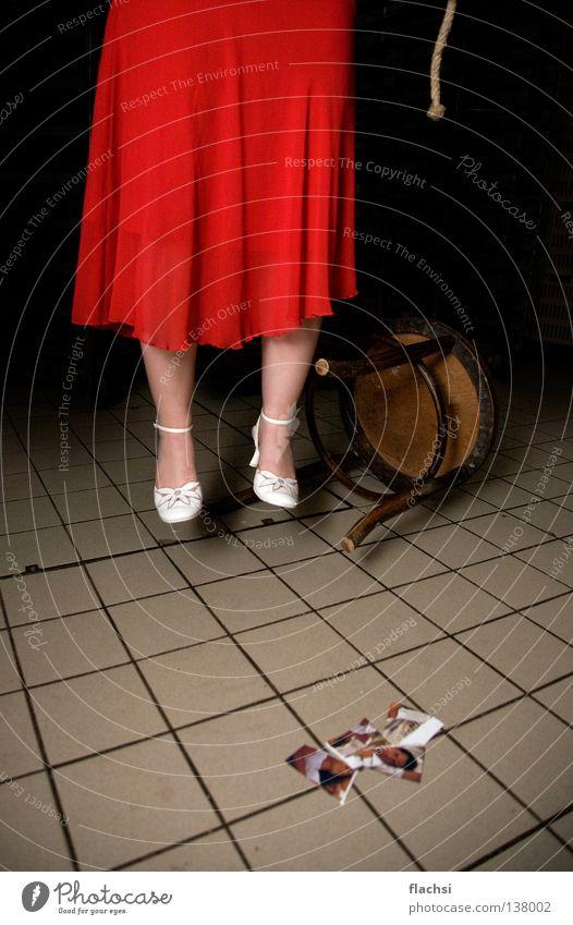 tatort suizid Tatort Kriminalität Selbstmord rot schwarz Kleid Schnur Ende erhängen Trauer Verzweiflung Tod Mord Stuhl Seil Fliesen u. Kacheln Konflikt & Streit