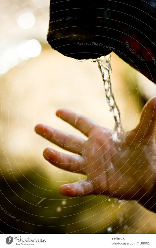 Moments Wasserhahn Hand Kind Wassertropfen Spielen Klarheit