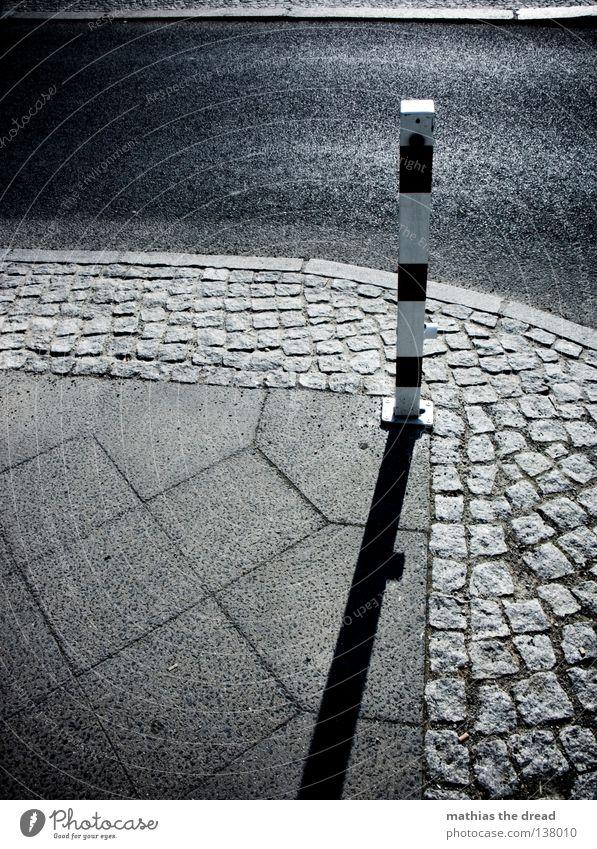 SCHLICHTE SCHÖNHEIT weiß Stadt rot schwarz dunkel Tod grau Traurigkeit Linie klein Straßenverkehr groß Verkehr Trauer Ecke trist