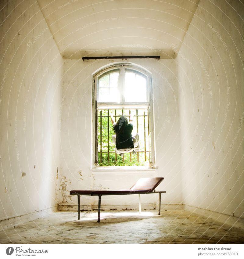 AUSBRUCH Liege dunkel bedrohlich Gitter Fenster gebrochen Einsamkeit Hoffnung Raum Lampe Froschperspektive Bett Sofa Gestell streben Eisen gekrümmt geschwungen