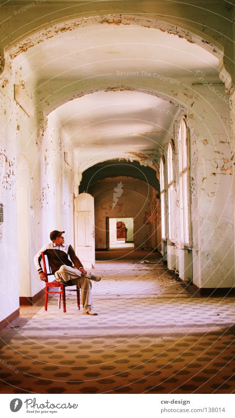 STUHLBENUTZER Mann maskulin Flur verfallen Putz Krimskrams Dinge Sitzgelegenheit Fenster Gebäude Haus Bogen Kunst Kunsthandwerk Mensch Typ alt Einsamkeit