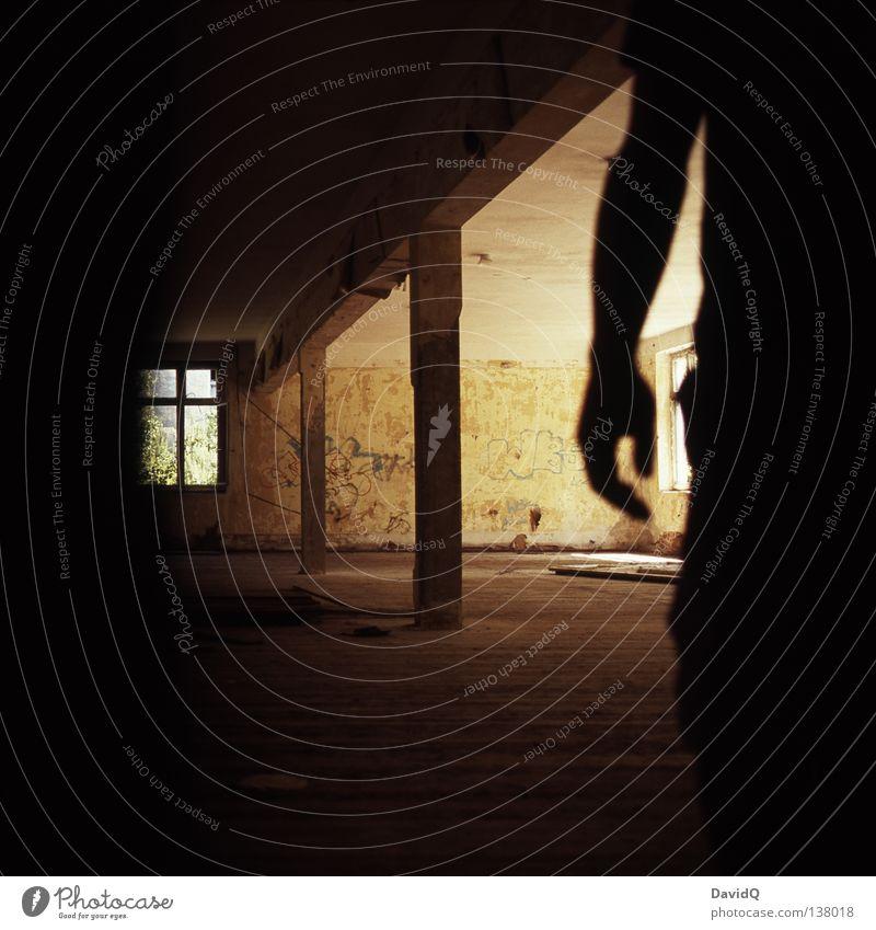 midnight creeper Mensch Mann Hand dunkel Fenster Gebäude Stimmung Raum Angst Arme gefährlich Industrie bedrohlich verfallen gruselig tief