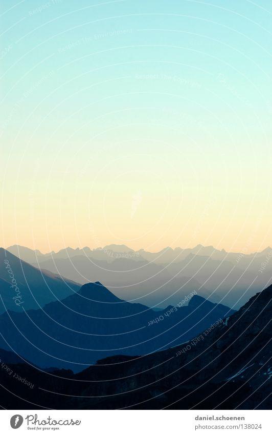 Sonnenaufgang (4:30 Uhr !!) Himmel blau Farbe Sonne Wolken Ferne kalt Berge u. Gebirge gelb Hintergrundbild Freizeit & Hobby Wetter Luft Nebel Aussicht Spitze