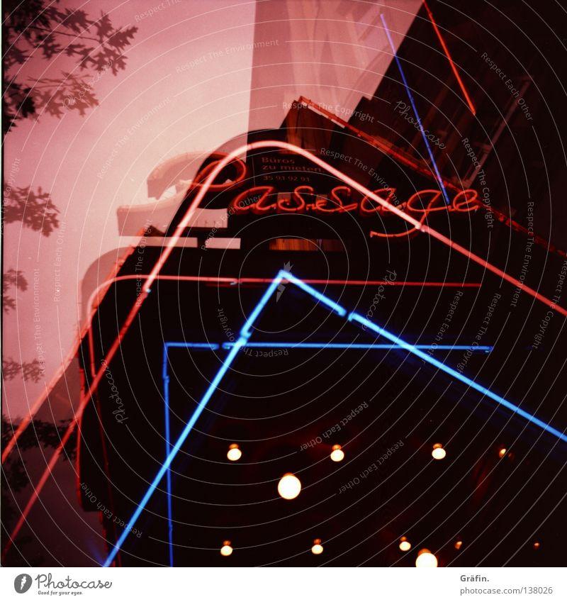 Doppelt sehen Kino rot Leuchtreklame Baum Durchgang Haus Fußgängerzone Hauptstraße Kinosessel Neonlicht rosa Buchstaben Nostalgie Lomografie Theater