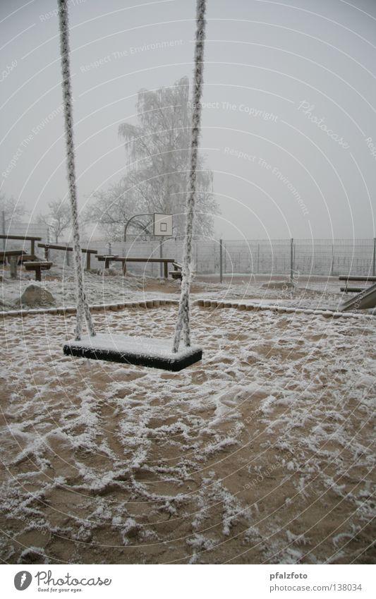 Einsame Schaukel Schnee Landschaft Wetter Verkehrswege Schaukel Spielplatz Raureif Winterstimmung