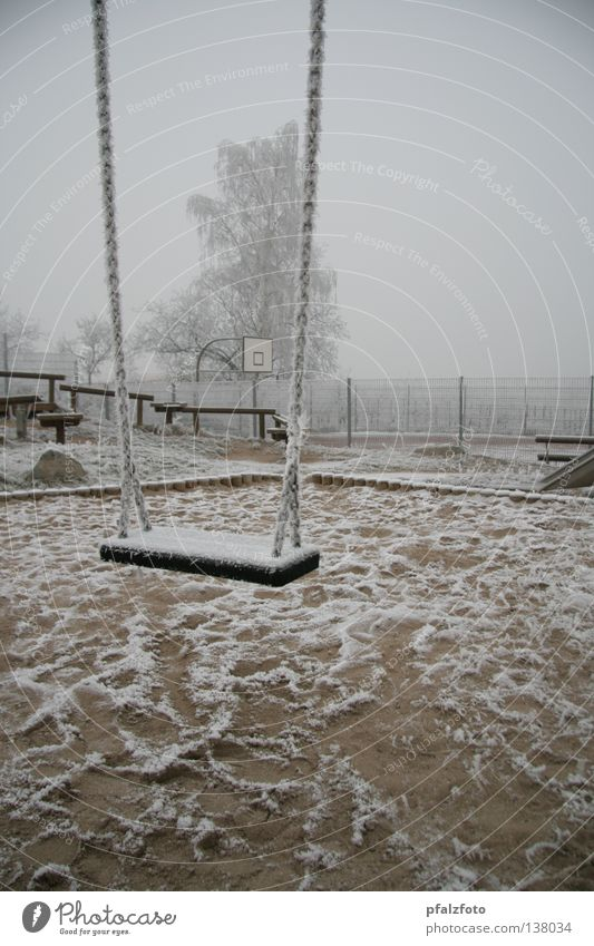 Einsame Schaukel Schnee Landschaft Wetter Verkehrswege Spielplatz Raureif Winterstimmung