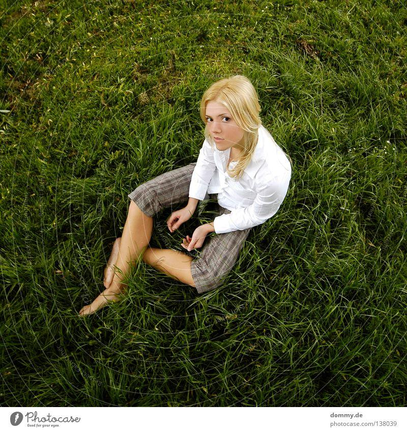 hello darling Frau Sommer Physik schön Frühling Gras Bluse weiß Hose Hand grün blond Rehauge verträumt Freundlichkeit Blick Top Freude Dame sitzen Wärme