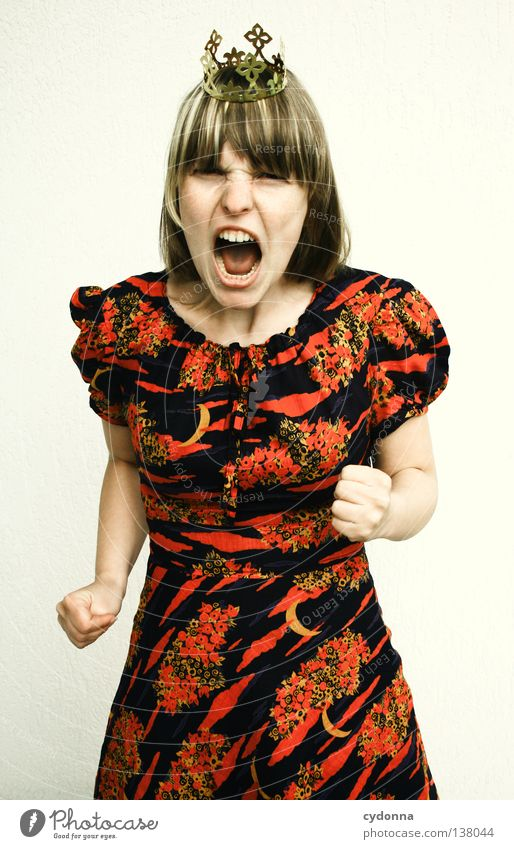 Ich bin nicht lieb! Mensch Frau Gefühle Kunst Angst Kraft Arme Kultur Macht Show Kleid Konzepte & Themen Wut Gesichtsausdruck Baumkrone schreien