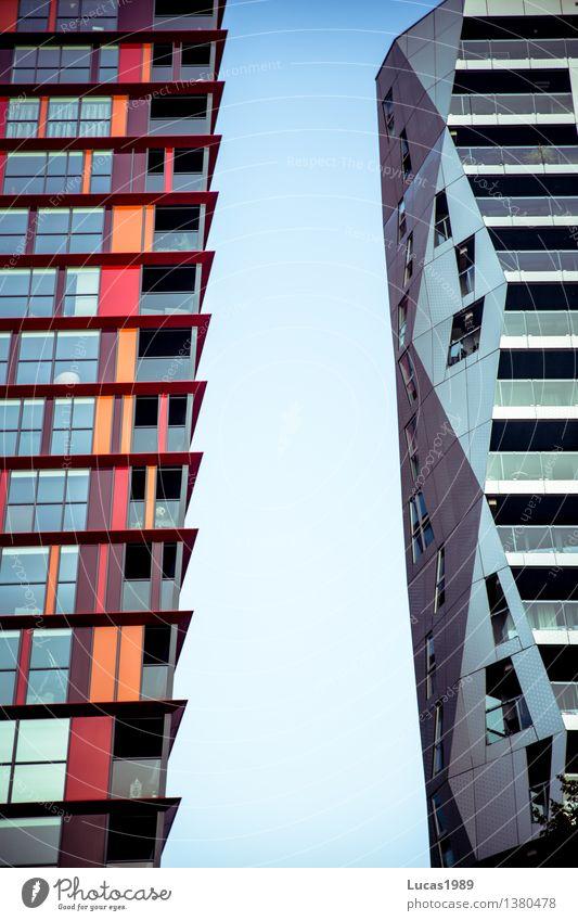 durch diese hohle Gasse... Stadt blau Haus Fenster Architektur Gebäude grau außergewöhnlich Fassade rosa orange modern Hochhaus Zukunft Bauwerk Stadtzentrum