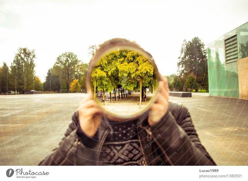 Spiegel mit Loch Mensch Jugendliche Mann grün Baum Junger Mann 18-30 Jahre Gesicht Erwachsene Kunst außergewöhnlich maskulin 13-18 Jahre Kreativität Platz Kreis