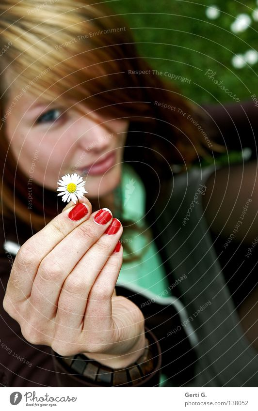 giveaway Frau Hand grün schön rot Gesicht Wiese Gras lachen Garten braun sitzen Finger Geschenk Junge Frau Kommunizieren