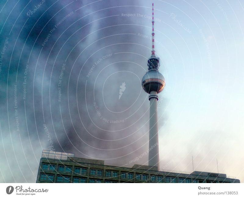 Fernsehsmoke Himmel blau dunkel Berlin Nebel Brand Turm Vergänglichkeit Rauch Denkmal Wahrzeichen Abenddämmerung Berliner Fernsehturm Alexanderplatz Kreuzberg Großbrand