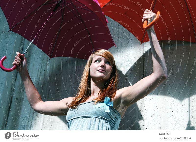 sicher ist sicher Frau schön Gesicht Wand Spielen lachen Mauer hell 2 Regen Beleuchtung offen rosa stehen Sicherheit paarweise