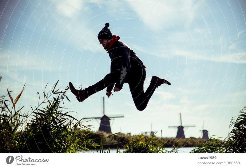 Höher als die Windmühlen Mensch maskulin Junger Mann Jugendliche Erwachsene 1 18-30 Jahre 30-45 Jahre Umwelt Natur Gras Sträucher Kinderdijk Niederlande
