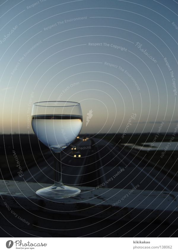 Weinweg.weit weg. Weinbau Autobahn Weißwein Weinglas Geschwindigkeit Sonnenaufgang Sonnenuntergang Ferne himmelblau Reflexion & Spiegelung genießen Ernährung