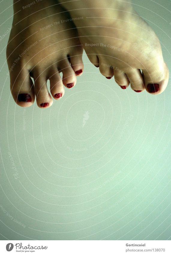 Fußüber schön Körperpflege Haut Nagellack Tanzen Mensch Frau Erwachsene verrückt grün rot Farbe Zehen Zehennagel lackiert gepflegt Körperteile entgegengesetzt