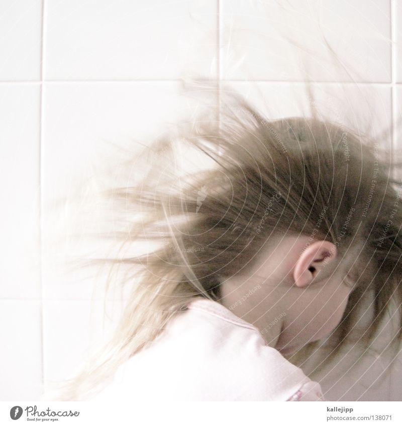 ohrensausen Kind Mädchen heiß trocknen Bad geschlossen träumen zart rosa Gedanke genießen Sturm Luft atmen Sauerstoff mädchenhaft Kindergarten Gehörsinn