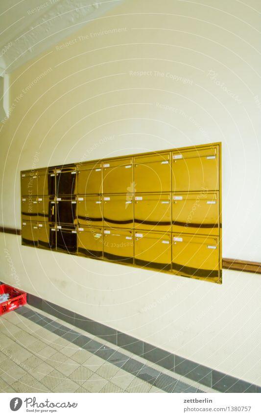 Briefkästen Briefkasten Postbote Zusteller verteilen Kommunizieren schreiben Schriftzeichen Schriftstück Häusliches Leben Wohnhaus Wohnhochhaus Eingang