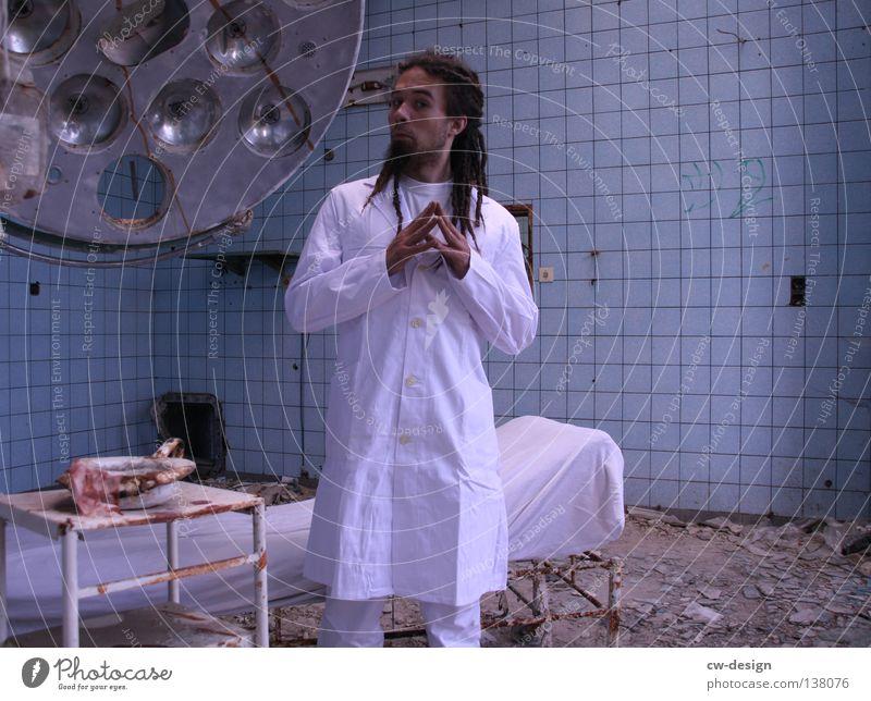 DR. DREAD Arzt Besteck weiß Schürze Rastalocken Operation Haare & Frisuren verfallen Krieg Zerstörung Müll Bauschutt Putz kaputt Patient Gestell Krankheit