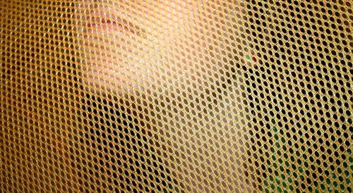 Gut Vernetzt Frau Gitter Zaun Stoff Lippen Wange geschlossen ernst Warnfarbe Warnung Loch leer Korb Kunststoff Niederlande gefährlich Grenze Wand ruhig