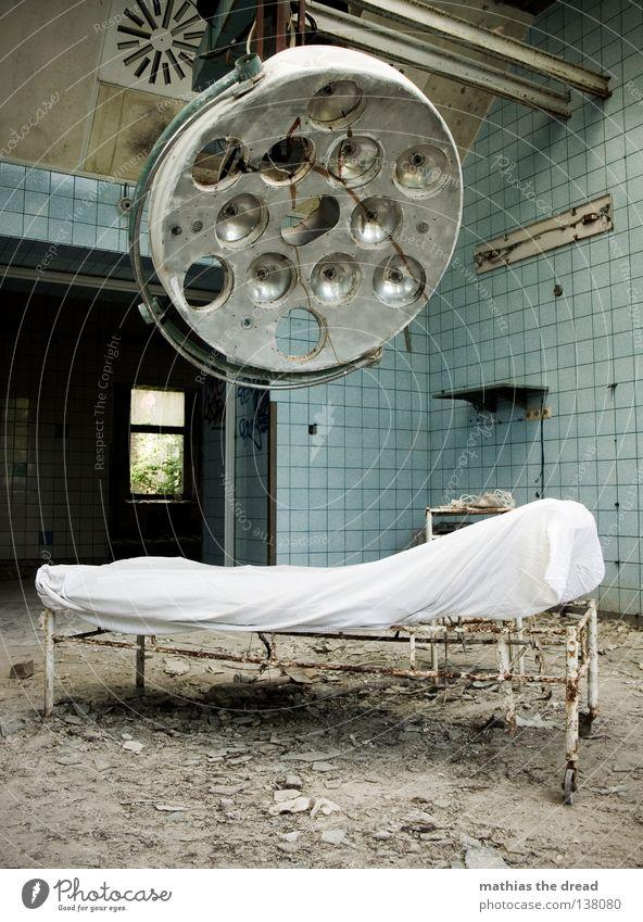 DER OP-SAAL Arzt Besteck weiß Schürze Rastalocken Operation Haare & Frisuren verfallen Krieg Zerstörung Müll Bauschutt Putz kaputt kurz klein Patient Gestell