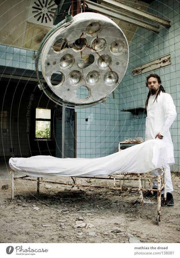 DR. DREAD Arzt Besteck weiß Schürze Rastalocken Operation Haare & Frisuren verfallen Krieg Zerstörung Müll Bauschutt Putz kaputt kurz klein Patient Gestell